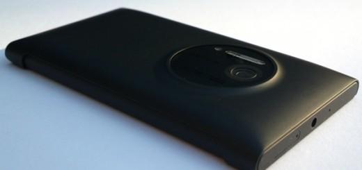 Nokia-808-Nokia-Lumia-1020-Black-and-cover-1